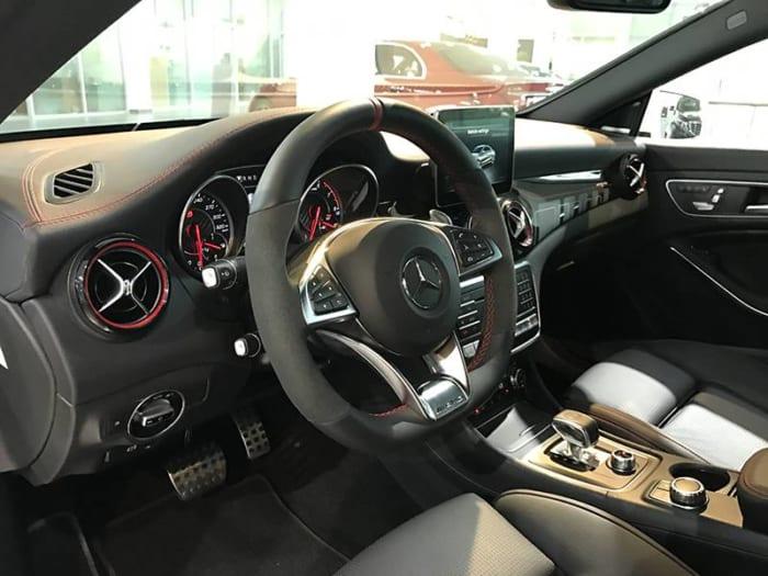 Mercedes CLA45 AMG hệ thống vô lăng