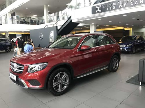 Mercedes GLC 200 màu đỏ