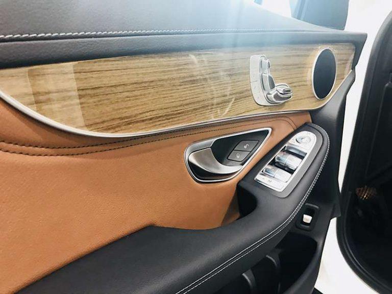 Mercedes GLC 300 tay kéo của ra vào