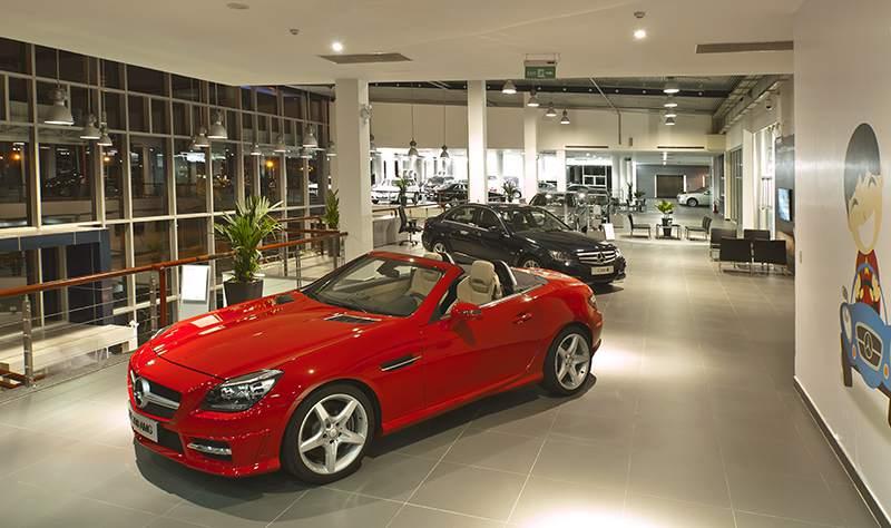 không gian bên trong showroom xe mercedes