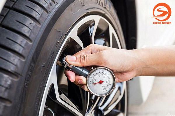 Áp suất lốp thấp cũng khiến vô lăng khó đánh lái