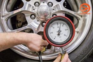 Bơm lốp xe ô tô bao nhiêu kg