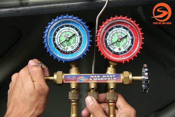 Sử dụng động hồ đo gas điều hòa ô tô